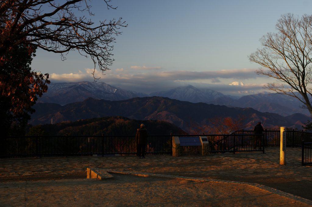 山頂から南側の景色、富士山が雲で隠れている