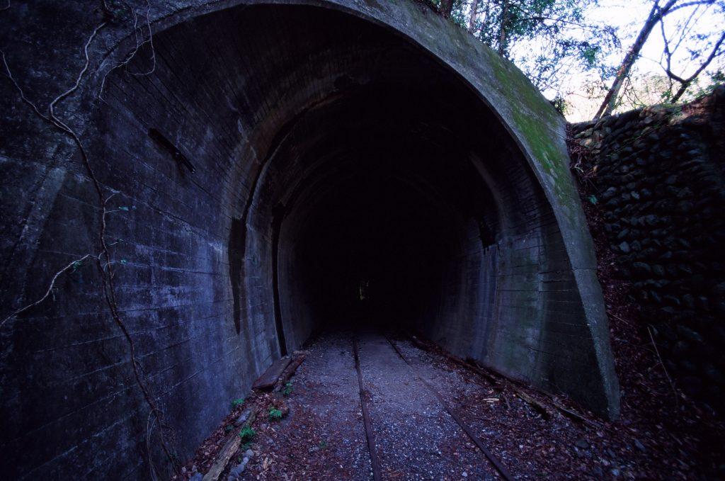 小河内ダムと奥多摩駅を結ぶ路線の廃線跡とトンネル