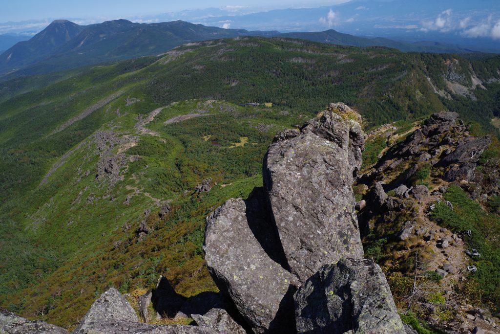 東天狗岳から北八ヶ岳、彼方に蓼科山の眺め